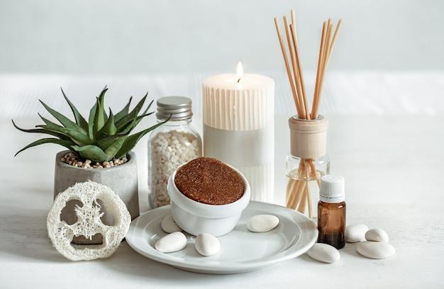 Kuschelige komposition mit räucherstäbchen für raumdüfte und gesundheits- und schönheitsprodukte.