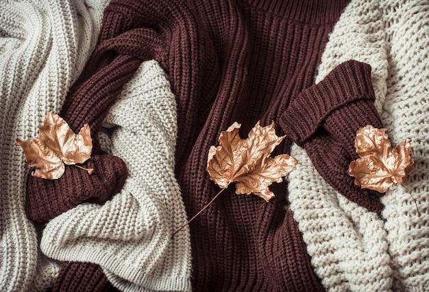 Kuschelige pullover und goldene blätter.
