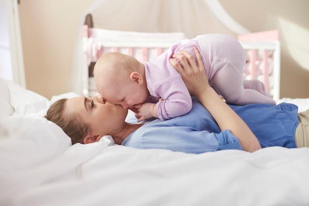 Kuschelt mit mama im bett