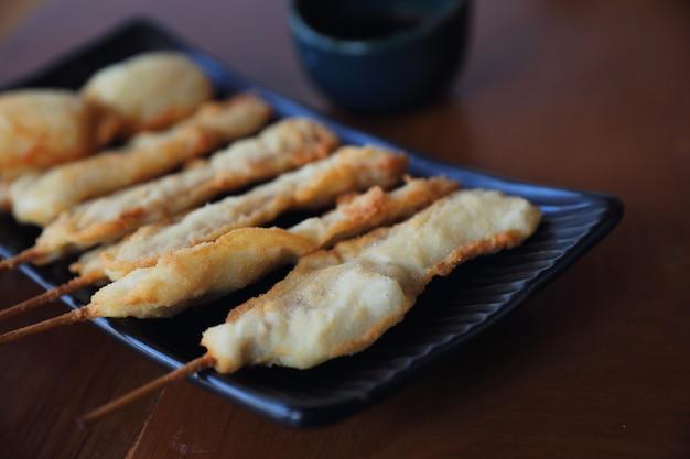 Kushikatsu japaner gebraten auf holztisch