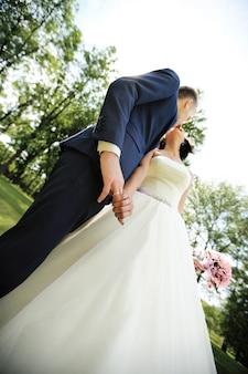 Kuss der braut und des bräutigams in der ansicht von unten