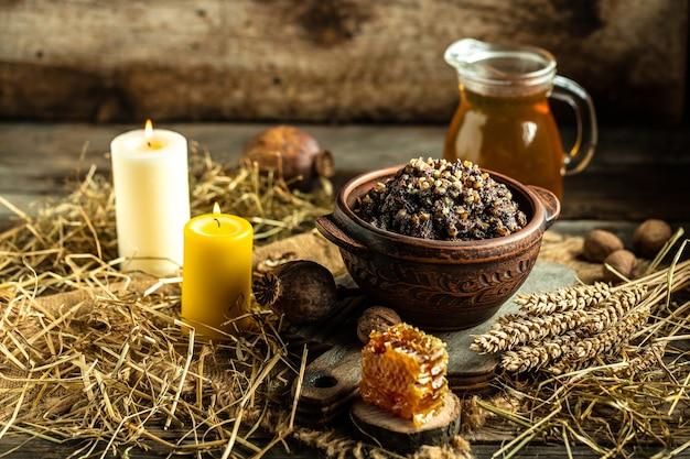 Kutya, brei mit honig, nüssen und beeren