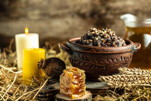 Kutya ist ein weihnachtsgericht aus weizenkörnern, mohn, nüssen, rosinen und honig