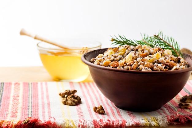 Kutya ist ein zeremonielles getreidegericht mit süßer soße, das traditionell von ostorthodoxen christen zu weihnachten serviert wird