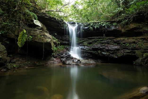 Kuura falls ist ein friedlicher ort zum entspannen mit seiner ruhigen atmosphäre auf iriomote island, yaeyama.