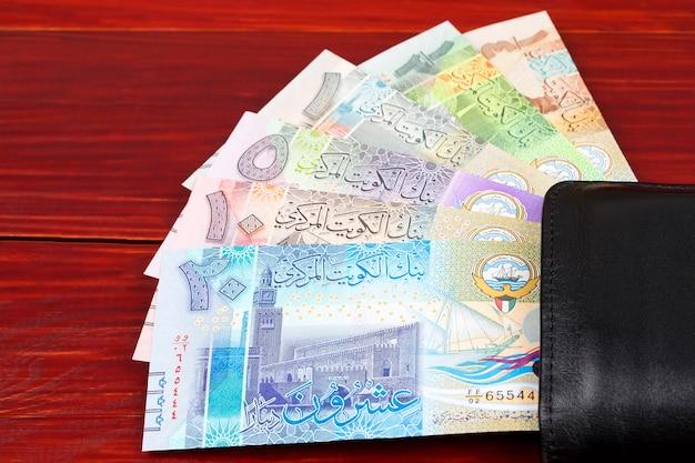 Kuwait-dinar in der brieftasche