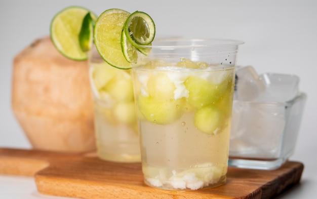 Kuwut bali ice oder es kuwut bali serviert mit frischer kokosnuss und grüner zitrone