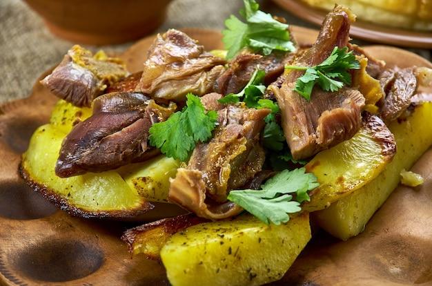 """Kuzu tandã""""â±r - türkisches gebackenes lamm mit gemüse"""
