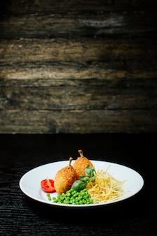 Kyev-koteletts mit knochen nach innen und grünen bohnen