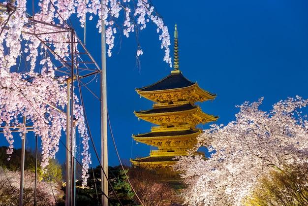 Kyoto, japan an der toji-pagode mit kirschblossomin ligh oben in der nacht. frühlingssaison in kyoto, japan.