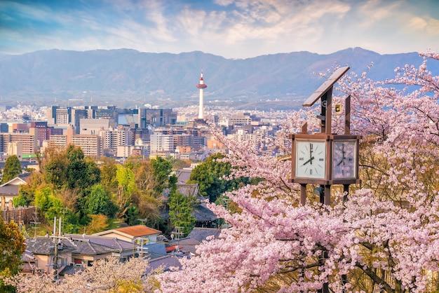 Kyoto-stadtskyline mit sakura in japan