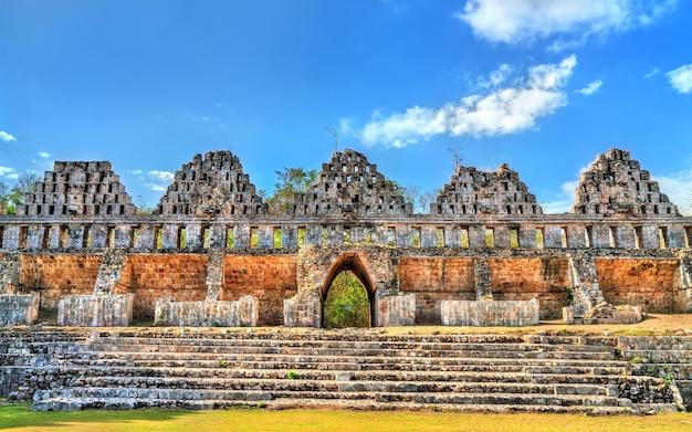 La casa de las palomas in der maya-stadt uxmal in mexiko