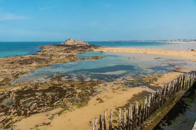 La grande plage du sillon in der küstenstadt saint-malo in der französischen bretagne im département ille-et-vilaine, frankreich