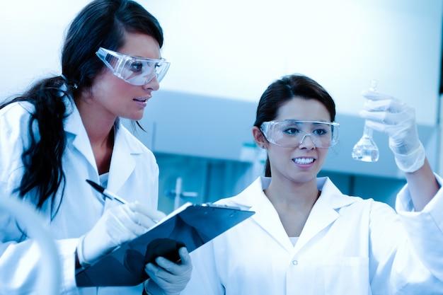 Lab-partner machen ein experiment