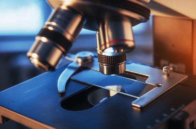 Labor, mikroskop für chemisch-biologische testproben, medizinische geräte, wissenschaftliche forschung und gesundheitsforschung.