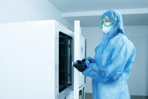 Laborant, der modernen laborautoklavensterilisator betreibt