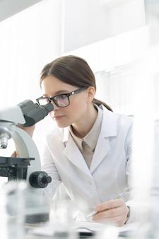 Laborant mit mikroskop