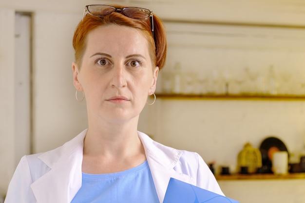 Laborassistent hält einen ordner mit dokumenten in den händen chemie- oder lebensmittelarbeiter