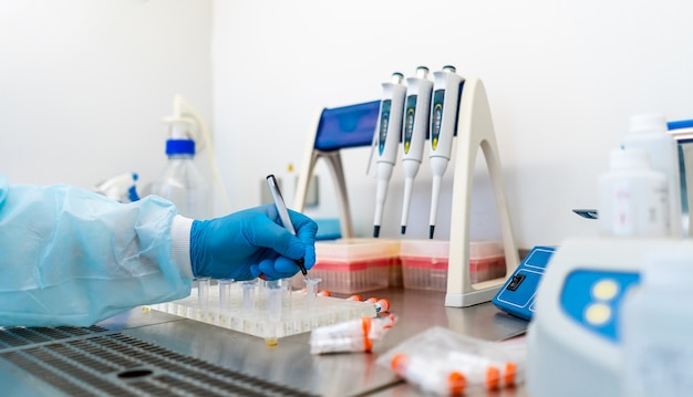 Laborassistenten, die blutproben analysieren. hilfestellung bei handschuhen. verhütung. pneumonie diagnostizieren. covid-19 und coronavirus-identifizierung. pandemie.