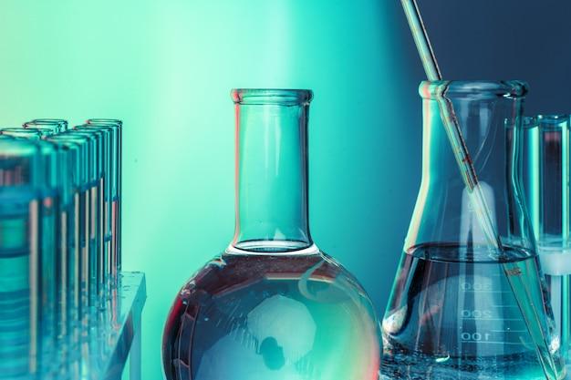 Laborchemieglaswaren auf dem grün getont