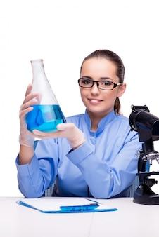 Laborchemiker, der mit mikroskop und rohren arbeitet