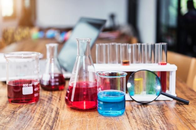 Laboreinzelteile auf tabelle im labor oder in der schule. wissenschafts- und bildungskonzept.
