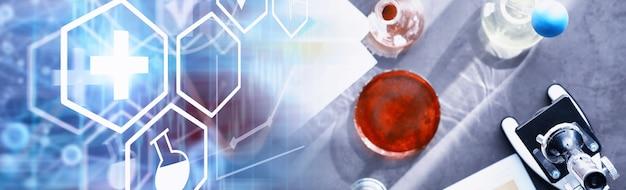 Laborforschung. drogentest. chemische experimente im labor. mikroskopieren sie verschiedene reagenzgläser und becher auf dem tisch beim amtsarzt.
