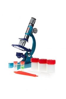Labormikroskop und reagenzgläser