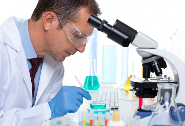 Laborwissenschaftler, der im labor mit reagenzgläsern arbeitet