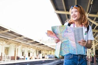 Lächelnde Dame mit Karte auf Plattform