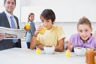 Lächelnde Familie zur Frühstückszeit