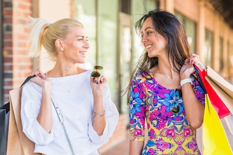 Lächelnde Frauen mit Paketen