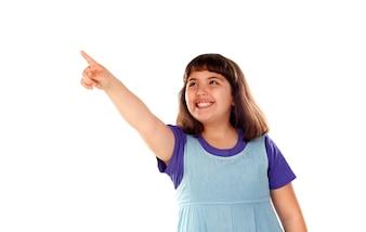 Lächelndes Mädchen, das etwas mit ihrem Finger zeigt