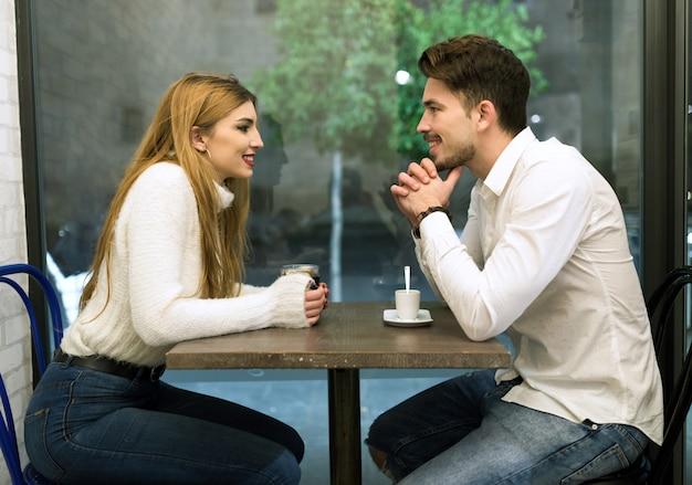 Lachen drinnen sprechen zwei weibliche