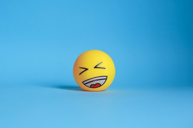 Lachen emoticon lokalisiert auf blauem hintergrund