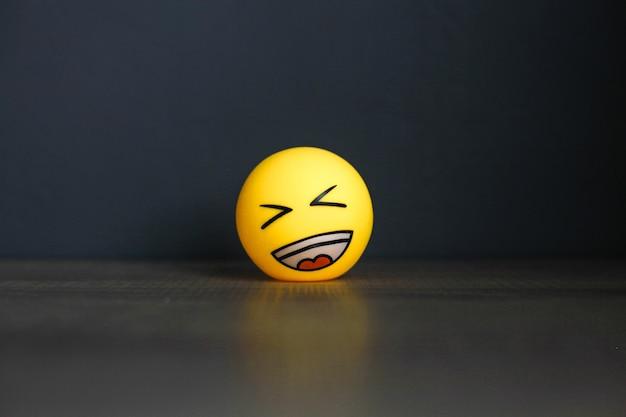 Lachen sie emoticon auf schwarzem hintergrund