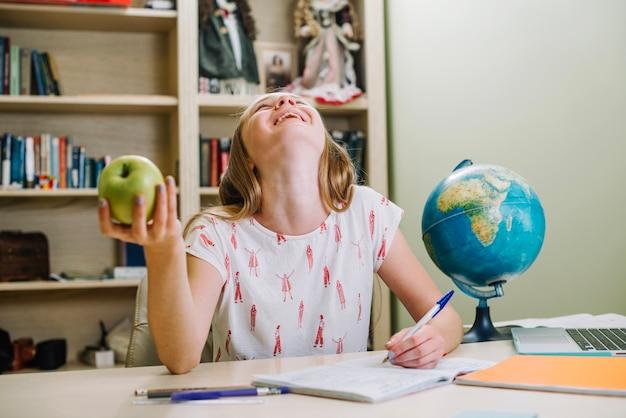 Lachend student mit apfel