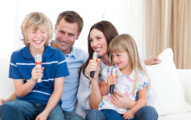 Lachende familie, die zusammen singt