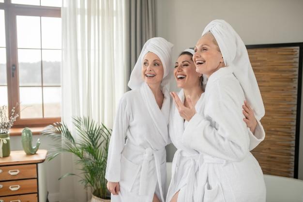 Lachende frauen in roben und handtüchern