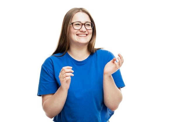 Lachende junge frau in brille und blauem t-shirt