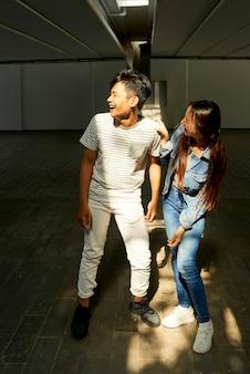 Lachende junge leute üben tanz, bevor sie virale videos für soziale medien drehen