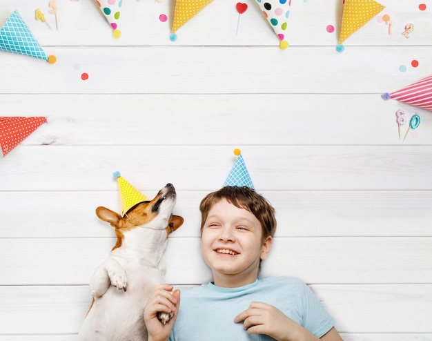 Lachende kleine freunde feiern einen glücklichen geburtstag. hohe draufsicht.