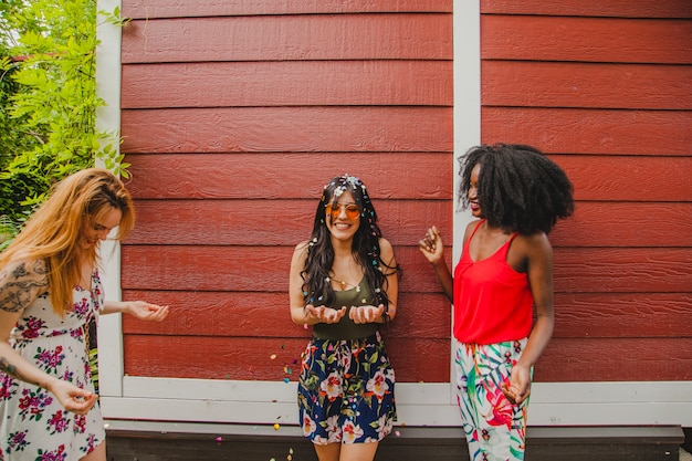 Lachende mädchen feiern
