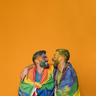 Lachende schmutzige kuschelige schwule liebhaber