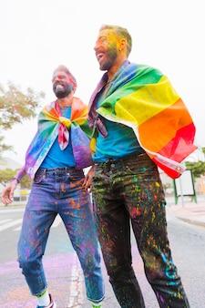 Lachende schwule genießen das holi-festival