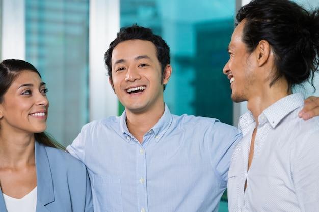 Lachenden asiatischen kollegen blick in die kamera