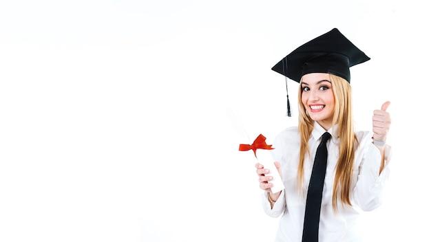 Lachender absolvent, der diplom und das gestikulieren hat