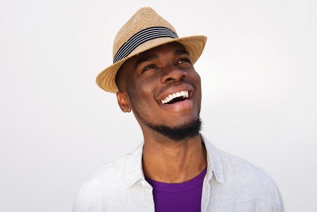 Lachender afrikanischer mann mit hut