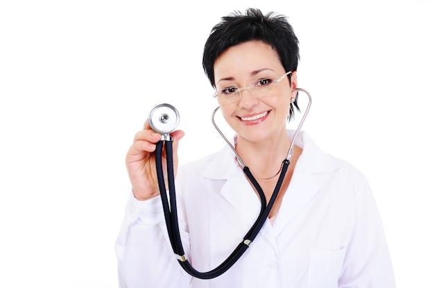 Lachender attraktiver arzt mit stethoskop