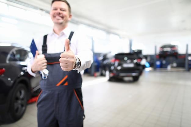 Lachender fröhlicher männlicher mechaniker